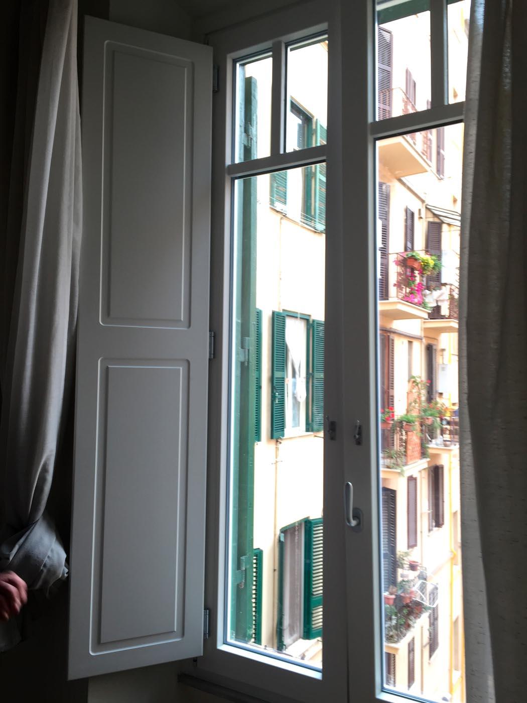 Tende Per Finestre A Ribalta finestre in pvc con scuri - sekuro - porte e finestre | roma