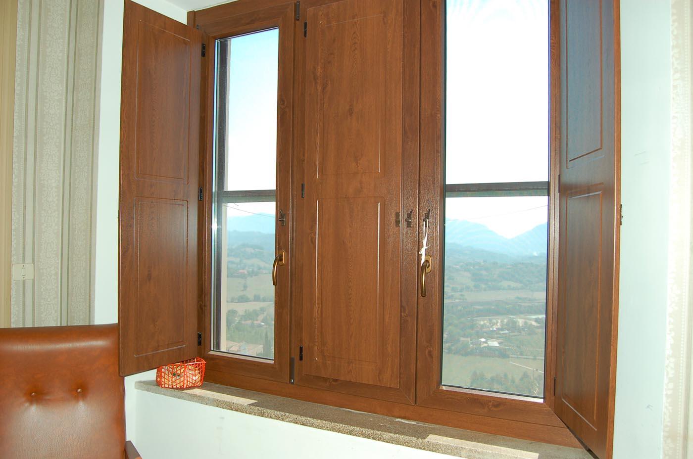 Finestre in pvc con scuri sekuro porte e finestre roma for Porte e finestre pvc